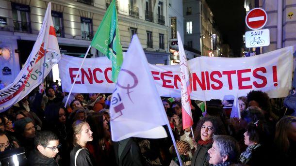 Френски феминистки протестират през декември 2017 г. срещу закон, който трудно позволява осъждане на изнасилвачи.