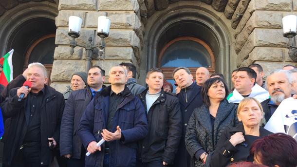 Сред протестиращите пред Министерския съвет бе лидерът на БСП Корнелия Нинова и депутати от левицата.