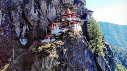 """Най-прочутият манастир в Бутан """"Тайгър нест"""" е кацнал на непристъпна скала."""