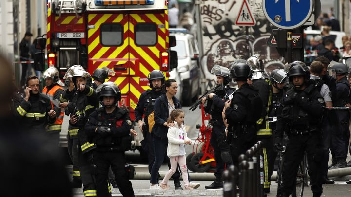Полиция евакуира жена и момиче от района на заложническата драма в Париж.