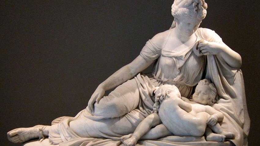 Богинята Лето с близнаците Аполон и Артемида