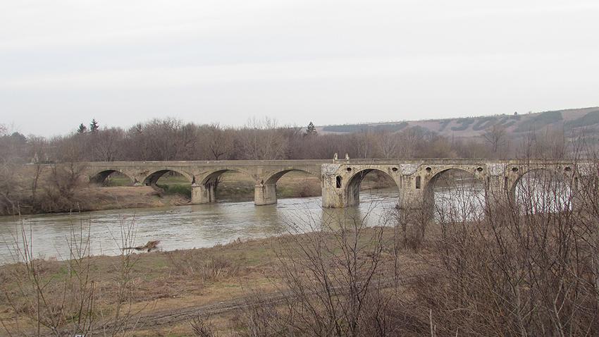 Мост, построенный знаменитым зодчим, близ Бяла