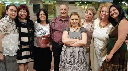 Адвокат Моше Алони и съпругата му  (в средата) с участници в Дните на българската култура в Израел (май, 2017 г.).
