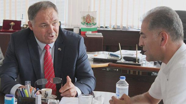 Günay Hüsmen (solda) ve Türkiye'ye dana ihracatını gerçekleştiren firma sahibi Talat Çelebi
