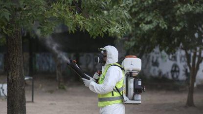 Санитарни служители пръскат срещу комари в аржентинската столица Буенос Айрес като профилактика срещу зика