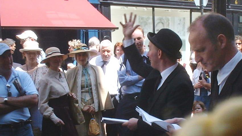 Участници в традиционния Блумсдей, облечени в костюми от епохата, пред кръчмата