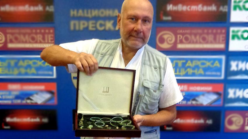 Ο καθηγητής Οβτσάροφ έδειξε ένα μέρος των ευρημάτων από το Περπερικόν, που ανακαλύφθηκαν φέτος.