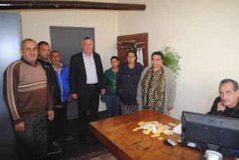 Кметът Ешреф Реджеб лично инспектира раздаването на безплатните купони за хляб