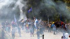 Гръцката полиция използва сълзотворен газ и зашеметяващи гранати срещу демонстранти, опитващи се да пробият кордона около мястото на подписването на договора за новото име на Македония в село Псарадес.