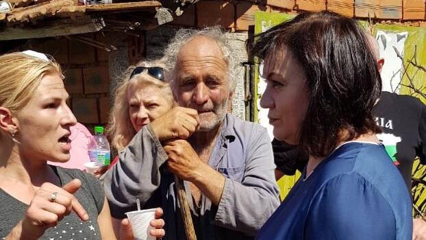 Корнелия Нинова, лидер на БСП, при протестиращите от село Шарково