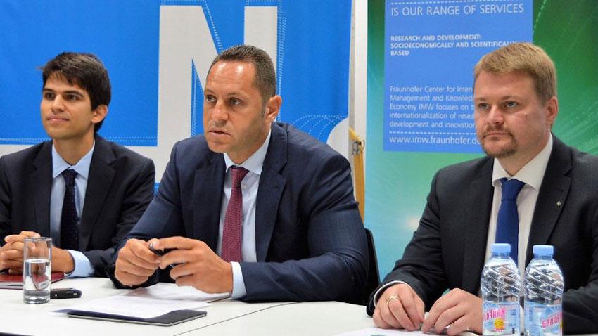"""Натанаил Стефанов, член на Съвета на директорите на """"София тех парк"""", зам.-министърът на икономиката Александър Манолев и изпълнителният вицепрезидент Георг Розенфелд (отляво надясно)."""