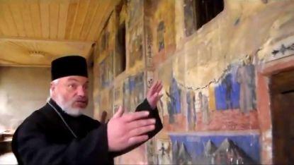 Отец Александър Стоев показва и разказва за външните стенописи на храма