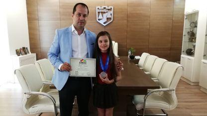 Кметът на община Враца Калин Каменов поздрави Никол Илиева за успеха.