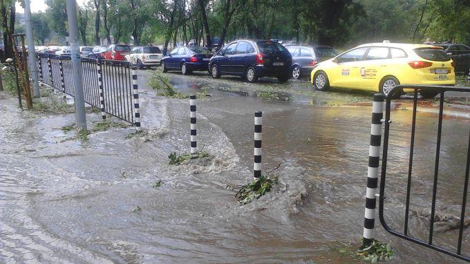 Резултат с изображение за Силна буря с градушка удари Варна