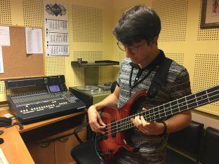 Виктор Благоев свири в едно от студиата на