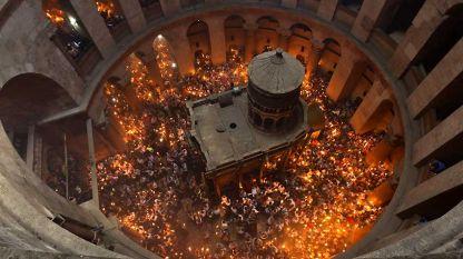 Слизането на Благодатния огън на Гроба Господен.