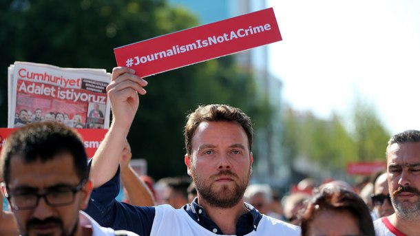 Участници в протест в защита на задържаните журналисти от в.