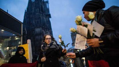 Германско-тунизийска асоциация раздава цветя на жени край катедралата в Кьолн