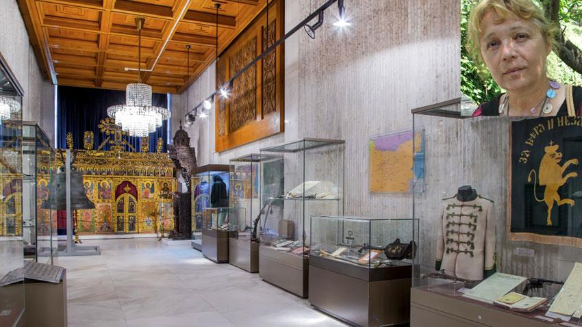 Залата от постоянната експозиция на Нациоиналния исторически музей, представяща османския период в България, горе вдясно доц. Бони Петрунова, директор на музея