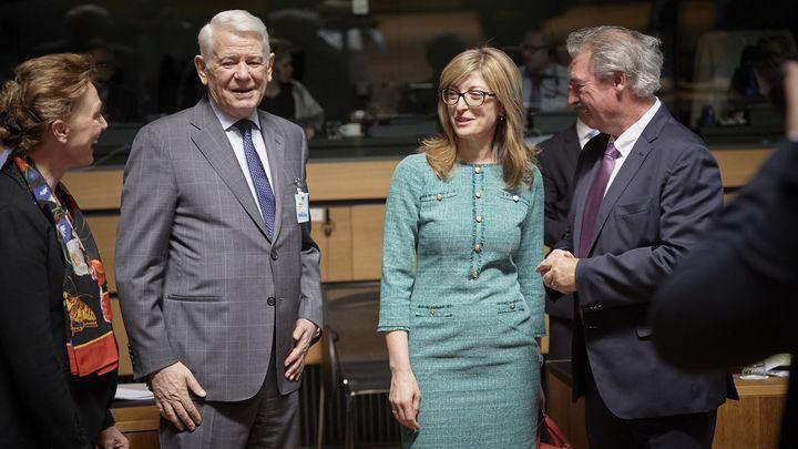 Българският външен министър Екатерина Захариева (втората отдясно) с колегите си от Хърватия Мария Пейчинович Бурич, Румъния Теодор Мелешкану  и Люксембург Жан Аселборн (от ляво на дясно) на срещата на външните министри в Люксембург.