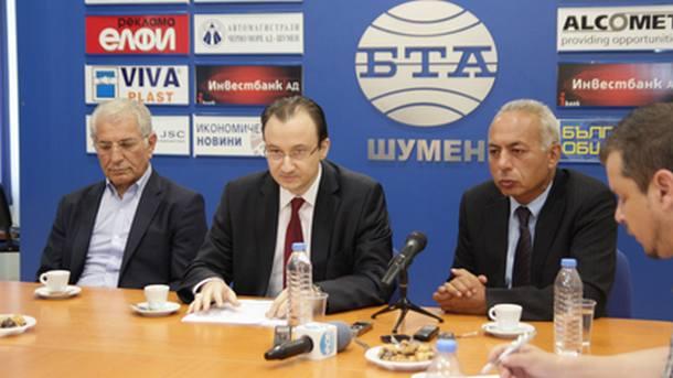 Консул Ниязи Акьол /вторият отляво/ по време на пресконференцията