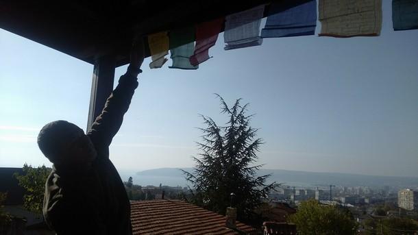 Лопун Фунсо Нямгал поставя будистки знаменца за щастие и късмет