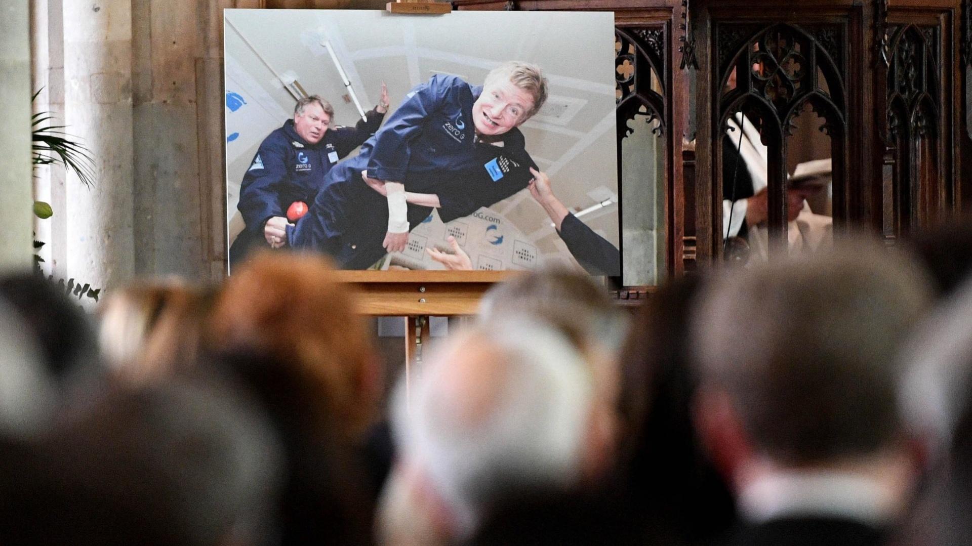 Стивън Хокинг беше изпратен със специална церемония