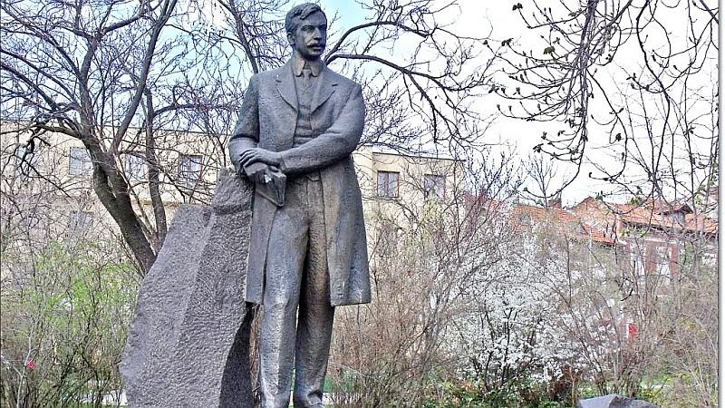 Паметникът на Пейо Яворов в родния му град Чирпан
