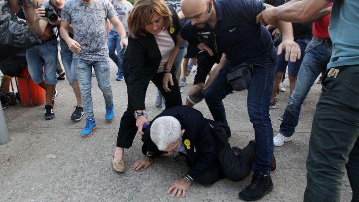 Сътрудници на кмета на Солун Янис Бутарис му помагат, след като е повален на земята от нападатели.