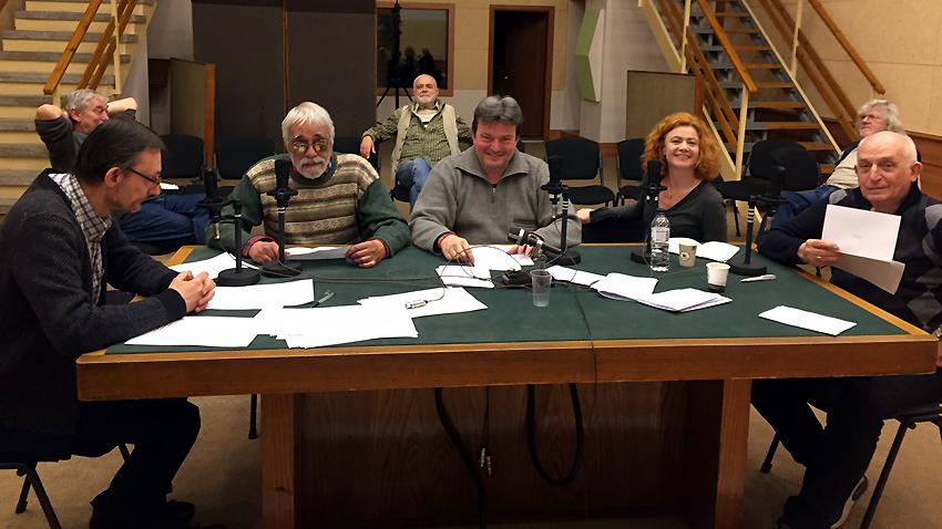 На работната маса от ляво надясно: водещият Весел Цанков, Божидар Томов, актьорите Емил Емилов, Добриела Попова и Симеон Викторов. На заден план авторите: Димитър Бежански, Данаил Константинов и Любомир Методиев.