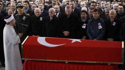 Турският президент Реджеп Ердоган, шефът на парламента Исмаил Кахраман и премиерът Бинали Йълдъръм (тримата в средата) както и лидерът на основната опозиционна Народно-републиканска партия Кемал Кълъчдароглу (най-вдясно) са сред опечалените на погребението на турски войник, убит в понеделник при турската операция край Килис. Във вторник Анкара съобщи за втори убит турски войник.