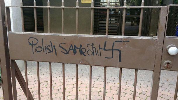 Свастика и антиполски надписи на входа на посолството на Полша в Тел Авив.