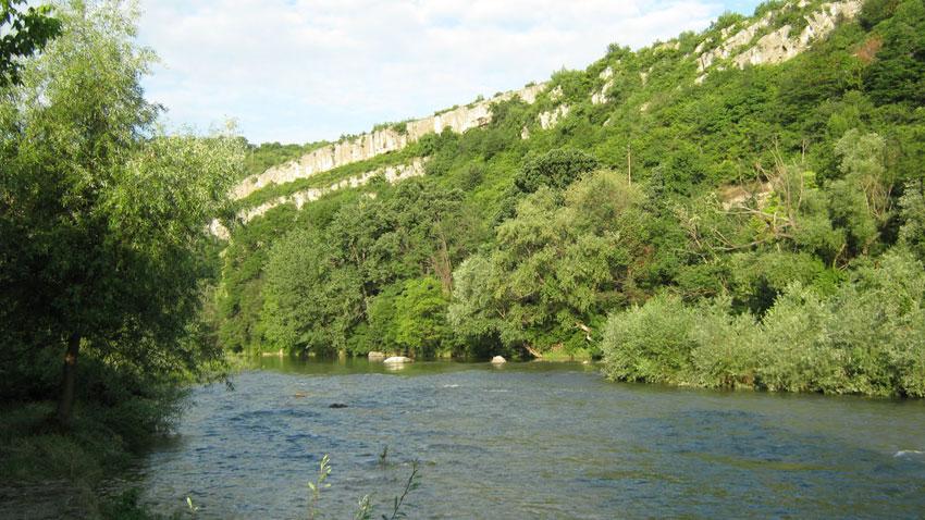 """Името на река Осъм е от тракийски произход и се тълкува като """"каменна река""""."""
