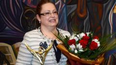 """Ирина Владикова с наградата """"Българка на годината 2014""""."""