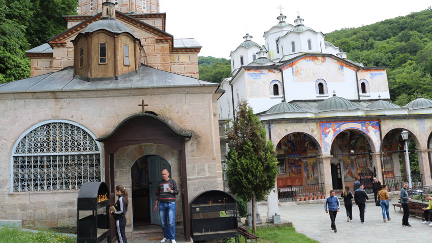 """Само на 5 км. от граничния пункт край Гюешево на граница между България и Македония се намира манастирът """"Свети Йоаким Осоговски""""."""