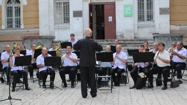 Плевенският духов оркестър представя концерта си на  открито