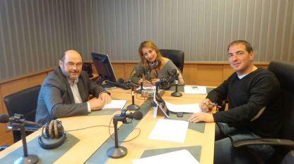 Мария Христова и Александър Райчев разговарят с Атанас Генов (вляво)