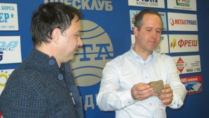 Кирил Кирилов /вляво/ и Емил Цанков показват на пресконференция оброчната плочка от село Праужда.
