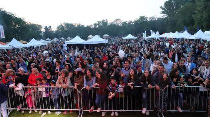 Голямата поляна на Южния парк в София се изпълни с хора за концертите в рамките на Радио парк фест на 16 юни 2018 г привечер.