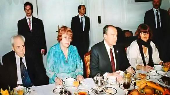 Al.Chéloudko, Bl.Dimitrova et K.Tchervenkova autour du Président Mitterand. Photo: archives BTA