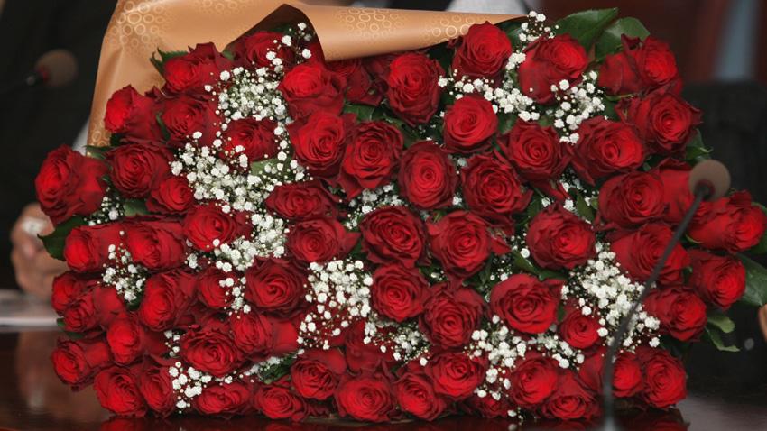 Античността свързва произхода на розата със смъртта на младия Адонис, любимият на Афродита. От кръвта на младежа поникнали първите червени рози. Оттогава розата се превръща в символ на любовта, която може да победи и смъртта