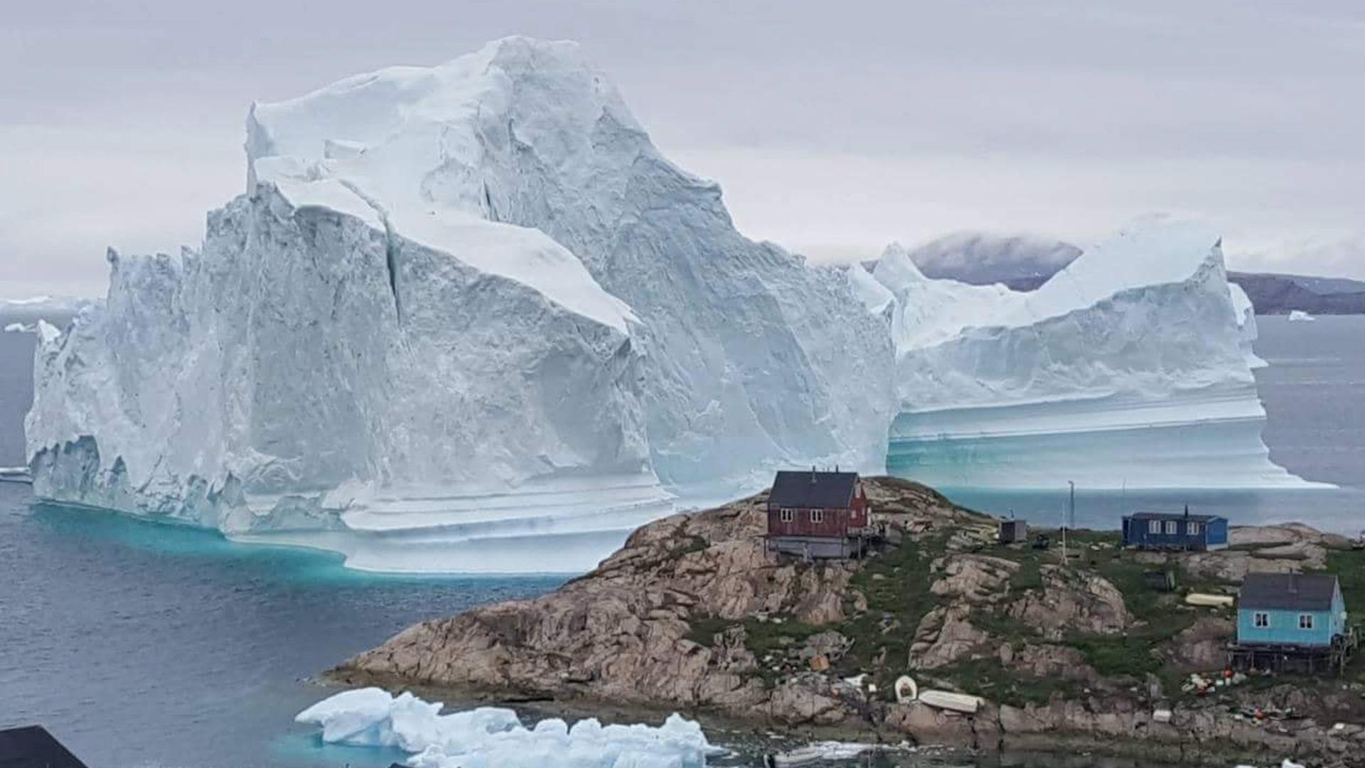 Огромен айсберг приближава малко селце на западния бряг на Гренландия.