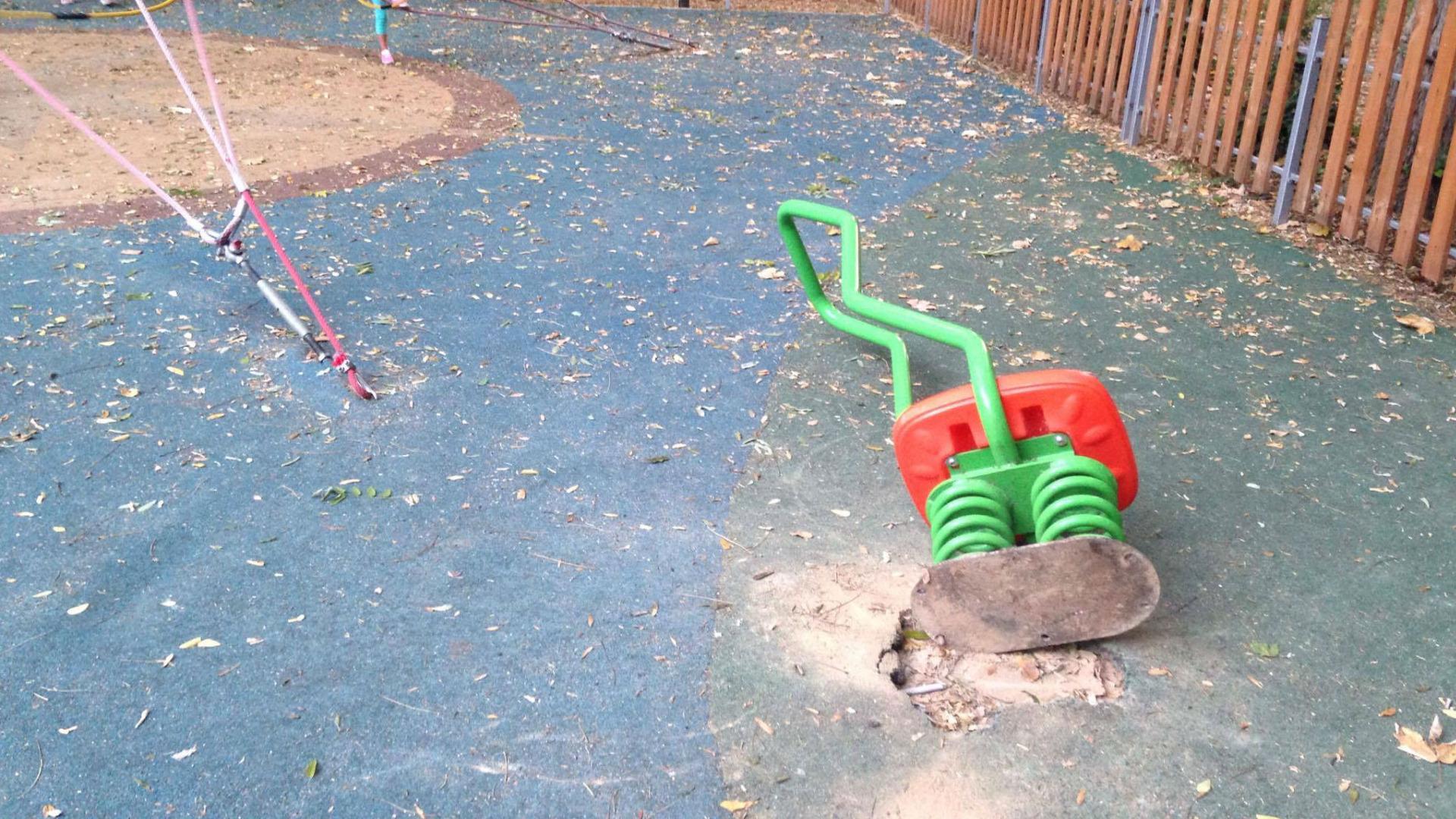Счупени съоръжения на детска площадка