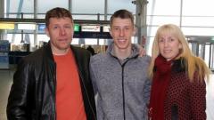 Знаменосецът на българските олимпийци Кристиян Стоянов с родителите си на летището