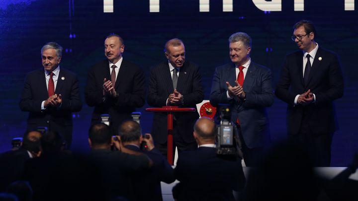 Реджеп Ердоган (в центъра) с колегите си от Сърбия Александър Вучич (вдясно), Азербайджан - Илхам Алиев (вторият отляво), Украйна – Петро Порошенко (третият отдясно) и лидерът на кипърските турци Мустафа Акънджъ (вляво) на церемонията в Ескишехир в понеделник за откриването на ТАНАП.