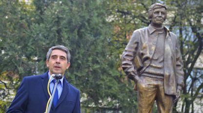 Президентът Росен Плевнелиев произнася възпоменателно слово при откриването на паметника.