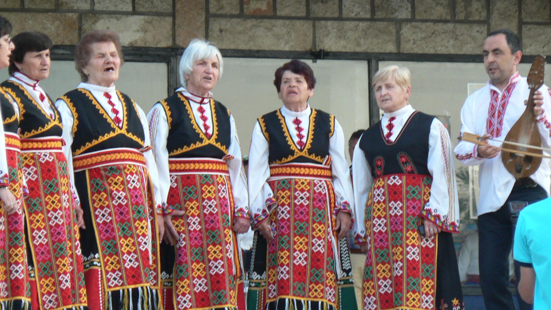 """Танцовият ансамбъл """"Дядо Драгой"""" от село Драгоево"""