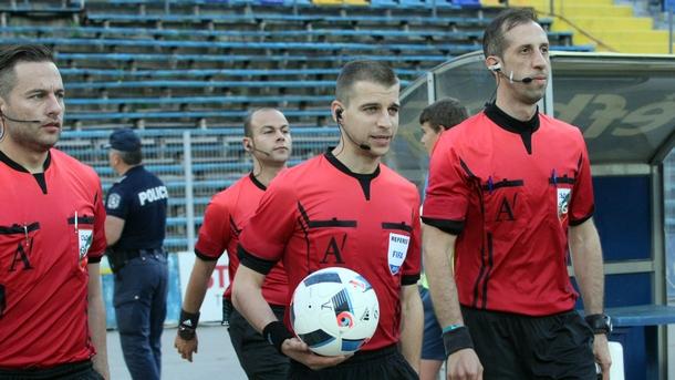 Стефан Апостолов (в средата) ръководи мача от Шампионската лига между