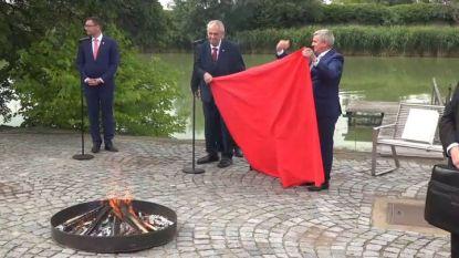 Кадър от видеозапис на пресконференцията, на която президентът Милош Земан изгори червените гащи.