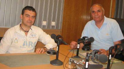 """Доцент Иво Петров (вляво) и Симеон Идакиев в студиото на """"Един мъж, един микрофон""""."""